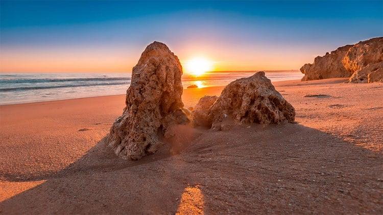 Zonsondergang op het strand in de Algarve